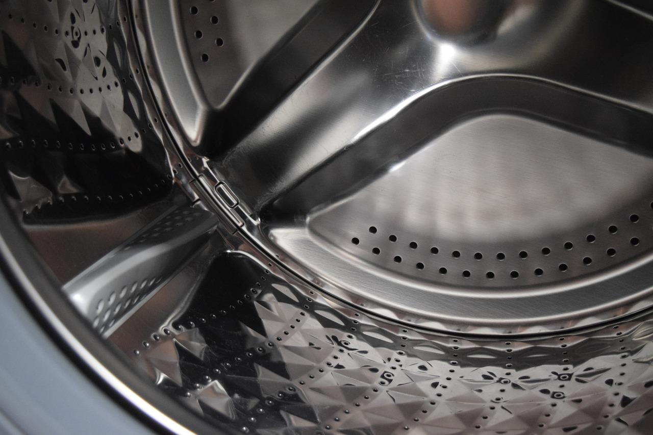 dziurki w ubraniach, pralka dziurawi ubrania, dlaczego pralka robi dziury w ubraniach?